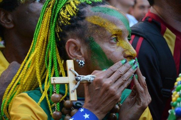Brazil fans watch World Cup (Foto: Ben Tavener)